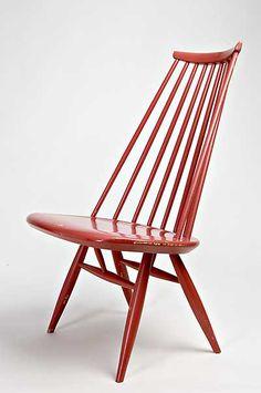 Ilmari Tapiovaaran suunnittelema ja koivusta valmistettu Mademoiselle on korkeaselkäinen, käsinojaton lepotuoli.