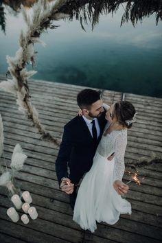 Eine traumhaft eisige Winterhochzeit am Seeufer Winter Stil, Dusty Blue, Weddings, Wedding Dresses, Style, Fashion, Marriage Dress, Dress Wedding, Pine Cones