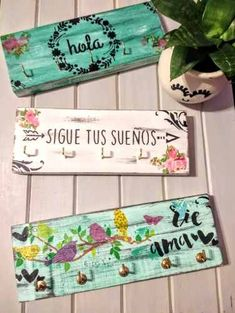 Compralo en Mercado Libre a $ 350,00 - Comprá en 12 cuotas. Encontrá más productos de Hogar, Muebles y Jardín, Decoración para el Hogar, Porta Llaves. Tile Crafts, Diy Home Crafts, Wooden Crafts, Decoupage Box, Painted Wood Signs, Boho Diy, Handmade Home Decor, Spring Crafts, Wood Art