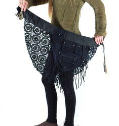 Ein wunderschön verspielter Cacheur mit kleinen Taschen verschiedenster Größen und Arten.  Kombiniert mit feinem Blumenstrick und hochwertigen Jerseylagen, die in Cut optik ausgeschnitten sind. Die...