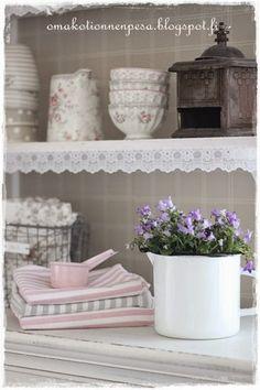 maalaisromanttinen keittiö, avohyllyt, avohyllyn reunapitsi, greengate astiat, emaalikannu,