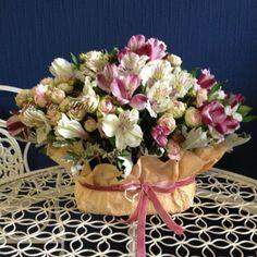 Настольная композиция — очень интересная альтернатива букету. Особенно актуально, когда вы заказываете доставку в офис или другое место, где у получателя может не быть под рукой вазы с водой. Живые цветы — альстромерия, кустовая роза — держатся в пропитанной водой флористической губке, обеспечивающей сохранность растений. Состав и цветовая гамма могут варьироваться.