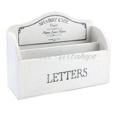 Shabby chic kirjelokerikko pöydällä. Kaunis, hieman kulutettu pinta. Kaksi lokeroa, edessä painettu teksti LETTERS. Koko: korkeus 14 cm, leveys 26 cm, syvyys 8 cm.