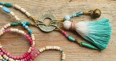 Boho Bettelkette mit geätzter Messingscheibe, Quaste, indischem Glöckchen und vielen tollen Perlchen in türkis-Rosa - neu bei Weibsbild/DaWanda