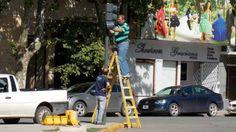 CAMBIAN LUMINARIAS EN SEMAFOROS Y COLOCAN NUEVAS CONTROLADORAS      Cambian luminarias en semáforos y colocan nuevas controladorasSeñalización continúa con el sostenido trabajo de semaforización en la ciudad. Este jueves se pusieron nuevos equipos en los aparatos de 56 y 61 mientras que instalaron las máquinas para programar la onda verde en Diagonal San Martín. En un intenso trabajo de reparación de semáforos y reemplazo de luminarias que lleva adelante la gestión del intendente López el…