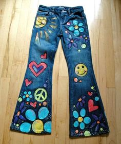 This is one pair of jeans in childrens sizes hand-painted front and back especially for your own little free-spirited flower child! I buy new jeans fr. Hippie Party, Hippie Birthday Party, Hippie Chic, Moda Hippie, Hippie Style, Painted Jeans, Painted Clothes, Hand Painted, 70s Outfits
