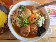 清田3条2『トムトムキキル』春の特別なスープカレー。スープカレーのスープが少ないんじゃないかと思うくらい具材が水面上に出ている。 何と言っても、行者ニンニク(北海道ではアイヌネギ)のかき揚げが最高でした!あっ、鶏つくねも外観より柔らかくて美味! Google+