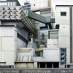 L'artiste belge Filip Dujardin est un photographe spécialisé dans l'architecture un peu spécial puisque, lassé du quotidien, il a décidé de prolonger sa pa