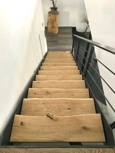 Treppe aus Eiche Treppenstufen mit Baumkante Massivholz Oak staircase with solid wood tree edge edge # solid wood Rustic Stairs, Oak Stairs, Wood Staircase, House Stairs, Staircase Design, Stair Steps, Wood Tree, Architecture, Future House