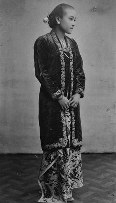 Potret Raden Adjeng Mirjam, putri dari Pakoe Alam V, Jogjakarta, sekitar 1925 Indonesian Women, Surakarta, Dutch East Indies, Javanese, Blouse Dress, Kebaya, Vintage Beauty, True Beauty, Vintage Photos