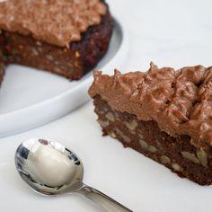I går lavede jeg denne lækre brownie, som egentlig var en opskrift på muffins, som i fik forleden. Fik du den ikke set, så er den HER!Denne gang lavede jeg portionen lidt større. Dertil synes jeg også lige den skulles toppes med chokolade-topping! Det kan du jo undlade, hvis du synes, men det gør den lige ekstra lækker. 200 gr. butterbeansfra øko dåse(andre bønner kan også bruges) 1 stk. lille banan 20 friske dadler 150 gr. 85 % chokolade 2 tsk. uopvarmet honning eller kokossukker (Kan…