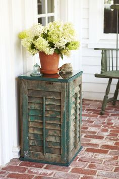 Upcycled Shutter Table - If you're lucky enough to salvage some old shutters, one way to use them is a side table. Shutter Table, Shutter Decor, Shutter Island, Shutter Door Ideas, Window Shutter Crafts, Shutter Shelf, Diy Shutters, Window Shutters, Repurposed Shutters
