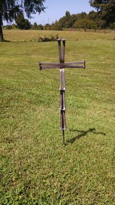 "Find out additional relevant information on ""metal tree artwork"". Look into our website. Horseshoe Nail Art, Horseshoe Projects, Metal Projects, Art Projects, Metal Yard Art, Metal Tree Wall Art, Scrap Metal Art, Railroad Spikes Crafts, Railroad Spike Art"