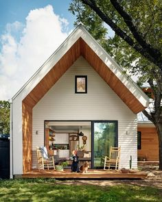 First of all, we are bringing to you an ideal designing of the home porch, where the raised wooden deck is renovated wit Veranda Design, Home Porch, House With Porch, Design Exterior, Modern Exterior, Simple House Exterior, Building A Porch, Rustic Chair, Tiny House Design