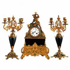 RELOJ CON GUARNICIÓN.  En calamina y bronce.Siglo XX.Medidas: reloj: 45 x 30 cm. - guarnición: 40 cm. altura.Bonita figura masculina joven en parte superior.