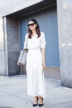 , Leila Yavari, New York Fashion Week, Ankle Skirt, Grey bag White Summer Outfits, All White Outfit, Leila Yavari, Skirt Fashion, Fashion Dresses, Ootd Fashion, Fashion Styles, White Midi Skirt, Nyfw Street Style