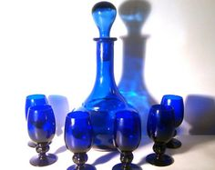 Vintage Desbordador, jarra, jarra, tapón, 6 copas Challice. Colbalt azul había reciclado vidrio prensado. Del siglo XX colección Barware Retro