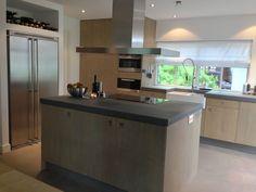 Keuken met eiken fronten, Piet Boon greepjes en uiteraard betonstuc aanrechtbladen. www.molitli-interieurmakers.nl