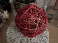 Papírpálcából tekerve, utána piros lakk spray-vel lefújva. Átmérő kb 16 cm. Saját munka/Paper weaving, my own work
