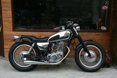 Yamaha by Brat Style Yamaha 125, Yamaha Sr400, Honda Scrambler, Yamaha Motorcycles, Suzuki Cafe Racer, Cafe Racer Bikes, Brat Bike, Moto Bike, Sr 500