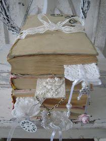 Hjerter og Hvite Liljer: Bøker og pynt
