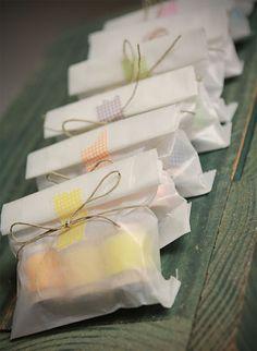 Un toque de #washitape y un lazo hecho con mimo son suficientes para hacer de un envoltorio una muestra de afecto.