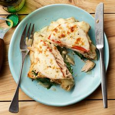 Rachael Ray's Hot Turkey Sandwich Upgrade: Garlic Toasts with Wilted Spinach, Turkey, Gravy, Tomato & Provolone - Rachael Ray Every Day Hot Turkey Sandwiches, Buffalo Chicken Sandwiches, 30 Minute Meals, Quick Meals, Easy Dinners, Turkey Recipes, Dinner Recipes, Turkey Dishes, Beef Dishes