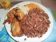 Waakye and chicken with gari (made from cassava) and spargatti Rehearsal Dinner Menu, Ghana Food, Around The World Food, West African Food, Exotic Food, International Recipes, Food For Thought, Soul Food, Food Videos