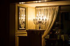 Der Salon finde beim Clubrestaurant Grand Slam statt. Restaurant, Berlin, Chandelier, Ceiling Lights, Curtains, Lighting, Friends, Home Decor, Living Room