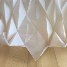 DIY #26 – Une lampe origami | Pierre Papier Ciseaux Origami Lampshade, Paper Lampshade, Suspension Diy Luminaire, Origami And Kirigami, Paper Crafts, Diy Crafts, Lamp Shades, Diy For Kids, Applique
