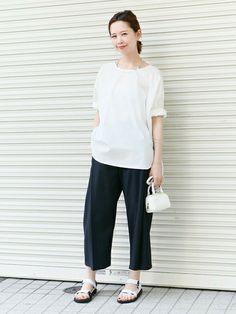 ゆったりとしたサイズ感のシャツに小物もホワイトで合わせた大人っぽいトレンドコーデ。