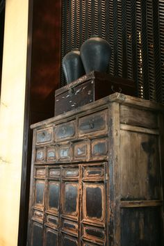 Oriental Style Home Decor. Asian Interior, Bohemian Interior, Modern Bohemian, Antique Chinese Furniture, Asian Furniture, Chinese Cabinet, Printers Drawer, Bali House, Old Wood Texture