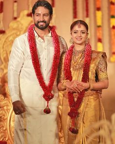 Bhavana Wedding Photos by Mahadeven Thampy & SAINU WHITE LINE Photography. Indian Wedding Flowers, Bridal Hairstyle Indian Wedding, Flower Garland Wedding, Wedding Garlands, Flower Garlands, Bridal Sarees South Indian, South Indian Weddings, Indian Bridal Fashion, Indian Wedding Couple Photography