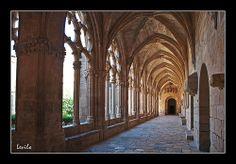 Santes Creus - Claustro monasterio El Real Monasterio de Santa María de Santes Creus (en catalán Reial Monestir de Santa Maria de Santes Creus), también llamado Santas Cruces, es una abadía cisterciense erigida a partir del siglo XII, que se encuentra en el término municipal de Aiguamurcia, en la provincia de Tarragona (España).