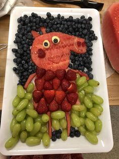 Made this Peppa Pig fruit platter for my niece's birthday! Made this Peppa Pig fruit platter for my niece's birthday! Made this Peppa Pig fruit platter for my niece's birthday! Made this Peppa Pig fruit platter for my niece's birthday! Peppa Pig Fruit, Peppa Pig Birthday Cake, 5th Birthday, Fruit Birthday, Healthy Halloween Snacks, Party Platters, Food Platters, Fruit Plate, Snacks Für Party