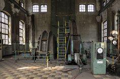 Inkijkje door gebroken ruit in het mijngebouw van de gesloten kolenmijn in Beringen, België.