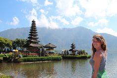 BALI, PURA ULUN DANU BRATAN. Il Pura Ulun Danu Bratan, o semplicemente Ulun Danu, è uno dei templi più belli dell'isola di Bali. Visitare Ulun Danu è un ottima idea: il tempio si affaccia su un bellissimo lago ed il panorama è spettacolare. Consigli, informazioni e curiosità sul tempio Ulun Danu