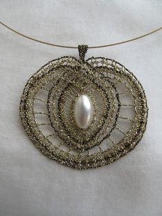 Zlaté jablíčko s tmavou linkou Lace Jewelry, Jewlery, Hobbies And Crafts, Diy And Crafts, Hand Embroidery, Machine Embroidery, Lace Heart, Bobbin Lace, String Art
