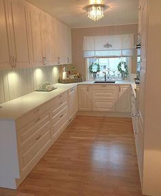Small kitchen that looks larger. White and light, clean lines, floor running the short length. Shaker Kitchen, Wooden Kitchen, Kitchen Dining, Kitchen Decor, Kitchen Cabinets, Küchen Design, House Design, U Shaped Kitchen, Kitchen Stories