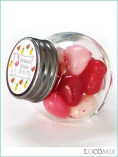 Het Candy Jar bedankje is een klein glazen potje met schroefdop dat gevuld wordt met snoepgoed naar keuze. Het bijzondere aan dit Communie bedankje is dat er op de schroefdop een sticker wordt geplakt. Het ontwerp hiervoor kunnen jullie zelf uitkiezen. Hierna zal de sticker helemaal naar jullie wensen worden opgemaakt!
