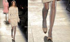 O sapato bicolor, de bico metalizado da Chanel, continua em alta.