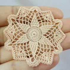 Artículos similares a Miniature crochet start doily in pale gold- 1:12 dollhouse miniature – Handmade accessory for dollhouse en Etsy
