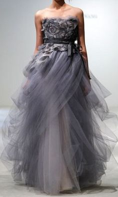 Oscar De La Renta. OMFG. Finally an attractive evening gown has been posted. LOL. Rare on Pinterest.