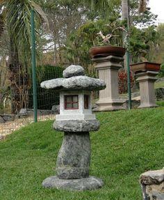 Lanterna de pedra Shimen Nodumi no Museu do Bonsai em MG