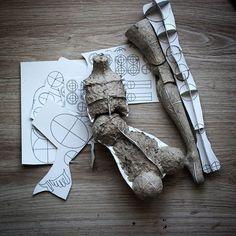 Ну вот опять...смотрю на почти готовую куклу, и не нравится. Решила отдохнуть от нее и взяться за новую#бумажныйкаркас с нарощенным #папьемаше. Опыт прошел неудачно, каркасс расквасился и скривился#бжд #процесссозданиякуклы #своимируками #bjd #шарнирнаякукла #bjdprocess #3d_paper_framework