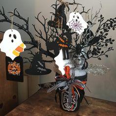 Diy Halloween Tree, Halloween Arts And Crafts, Diy Halloween Decorations, Rustic Halloween, Halloween Beads, Halloween Wreaths, Happy Halloween, Hallowen Ideas, Diy Christmas Presents