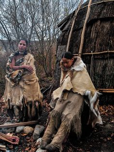 Wampanoag Tribe women outside from their home. Native American Photos, Native American Tribes, Native American History, American Symbols, Indiana, Indian Pictures, Plantation, Native Indian, Sioux