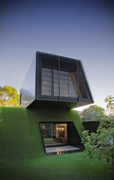 Australian architect Andrew Maynard completed the design for a modern home extension, entitled Hill House and located near Melbourne. The project sits on n artificial hill and was built for a family of five.