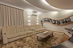Navegue por fotos de Salas multimídia modernas: Casa Buriti. Veja fotos com as melhores ideias e inspirações para criar uma casa perfeita.