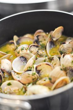 Nadire Atas on Shellfish Dishes From Around The World Spaghetti alle Vongole (Spaghetti with Clams). Fish Recipes, Seafood Recipes, Pasta Recipes, Great Recipes, Cooking Recipes, Healthy Recipes, Clam Recipes, Cooking Rice, Cooking Turkey